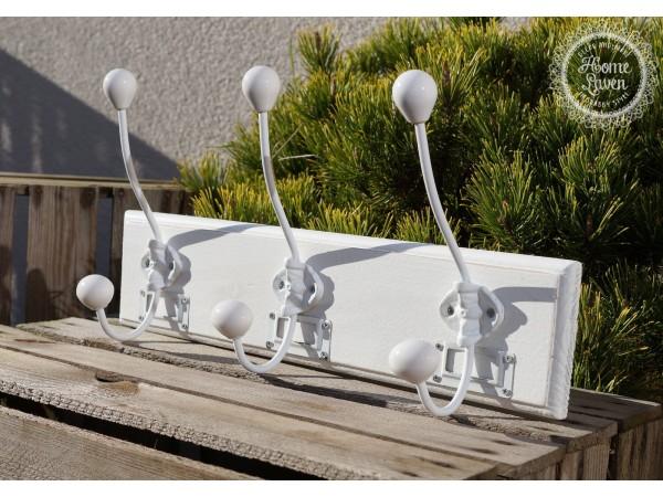 Weiße Hakenleiste mit Keramik-Knäufen