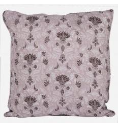 Kissenbezug mit floralern Verzierungen in pastell-purpur