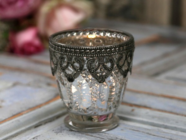 Teelichthalter mit floraler Verzierung